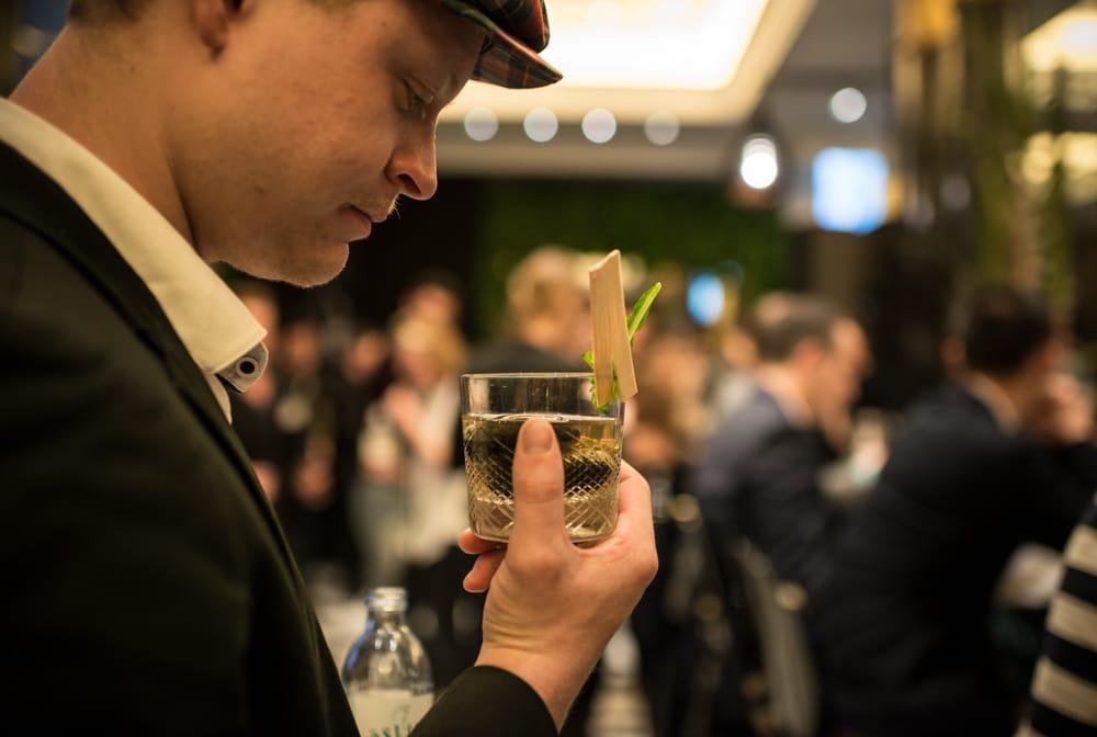 Besucher der Made in GSA probieren die Cocktails der Teilnehmer
